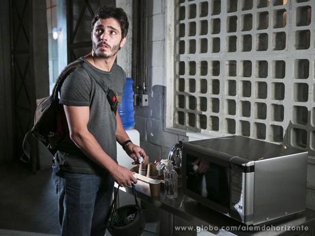 William arma para distrair Líder Jorge (Foto: Felipe Monteiro/TV Globo)