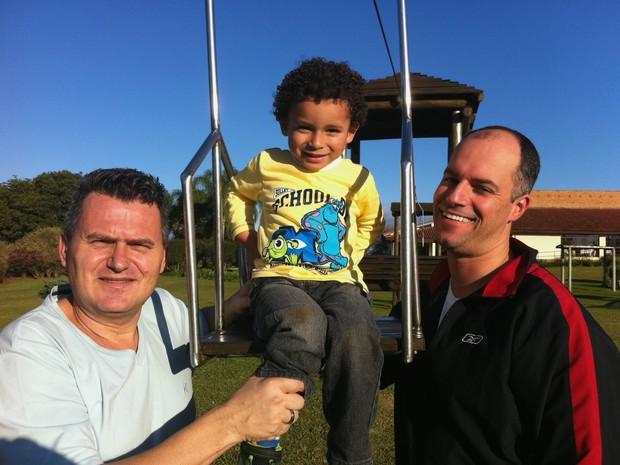 Lúcio, João Vitor e Rafael brincando no parque do condomínio, em Gravataí (Foto: Caetanno Freitas/G1)