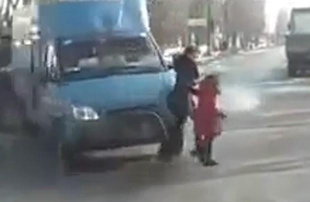 Colisão jogou carro para cima de mãe e filha (Foto: Reprodução)