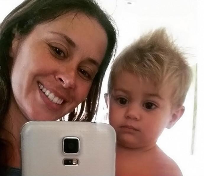 Selfie com Bento! Mamãe divide a atenção entre o caçula e a primogênita (Foto: Arquivo Pessoal)