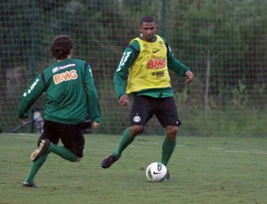 Pereira disputa bola com Lincoln -  treino coritiba em Atibaia (Foto: Rodrigo Weinhardt / Divulga&#231;&#227;o Coritiba)