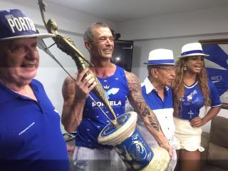 Paulo Barros com a taça  (Foto: Divulgação /palmer assessoria)