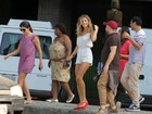 Grazi Massafera grava em praia carioca e destaca boa forma com macacão curtinho