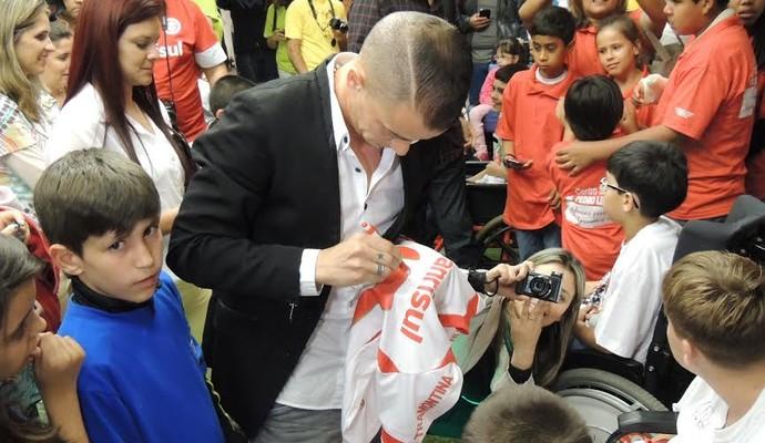 Capitão colorado autografoi camisas ao fim do evento (Foto: Tatiana Lopes/GloboEsporte.com)