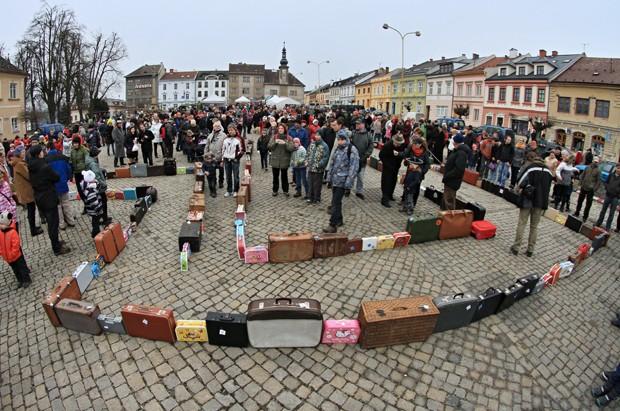 Fila de 146 malas foi feita em homenagem ao explorador polar e aventureiro Jan Eskymo Welzl, que morou na cidade tcheca de Zabreh (Foto: Radek Mica/AFP)