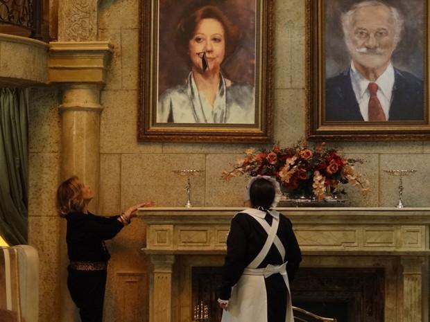 De maneira misteriosa, uma flecha atravessa a sala com um bilhete de Otávio (Foto: Guerra dos Sexos/TV Globo)