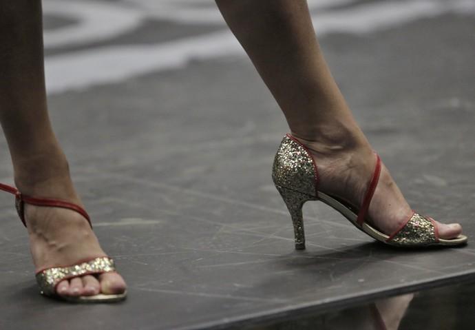 Lisandra Souto ganhou um par de sapatos do professor Marcus Lobo (Foto: Artur Meninea / Gshow)