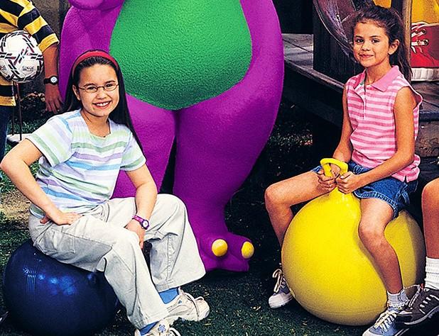 As hoje cantoras Demi Lovato (à esq.) e Selena Gomez já foram colegas de elenco no infantil 'Barney e Seus Amigos', no início dos anos 2000. (Foto: Divulgação)