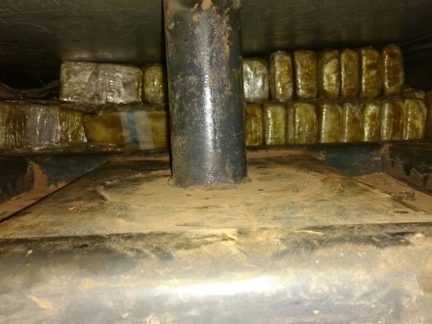 Motorista foi preso pela PF com 208 kg de cocaína em assoalho de caminhão (Foto: Assessoria/Polícia Federal em MT)