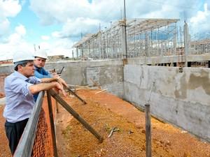 Governador Silval Barbosa (PMDB) visitando obras do novo Hospital Universitário Júlio Müller, em Cuiabá. Atrasadas, obras atingiram apenas 9% de execução. (Foto: Mayke Toscano / Secom-MT)