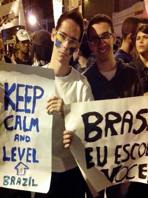 Estudantes comemoram fim de manifestação pacífica (Foto: Anna Lúcia Silva/ G1)