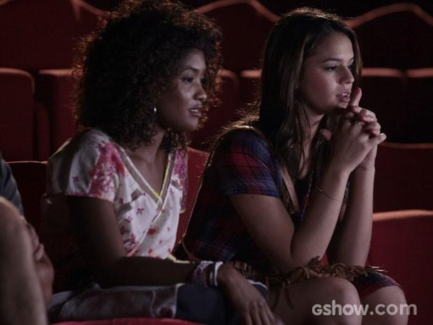 Luiza se encanta e parece hipnotizada ao ouvir a flauta de Laerte (Foto: Pedro Curi/TV Globo)
