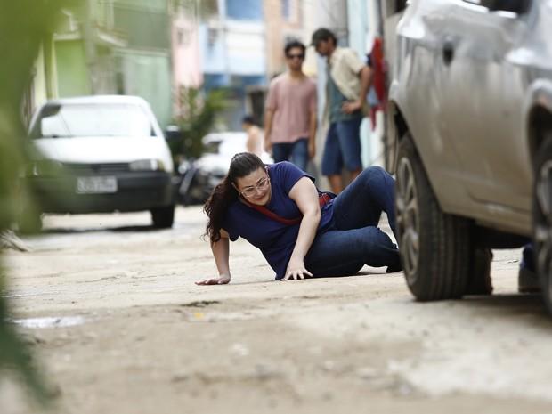 Desesperada, ela tenta não ser vista pelos policiais (Foto: Raphael Dias/ Gshow)