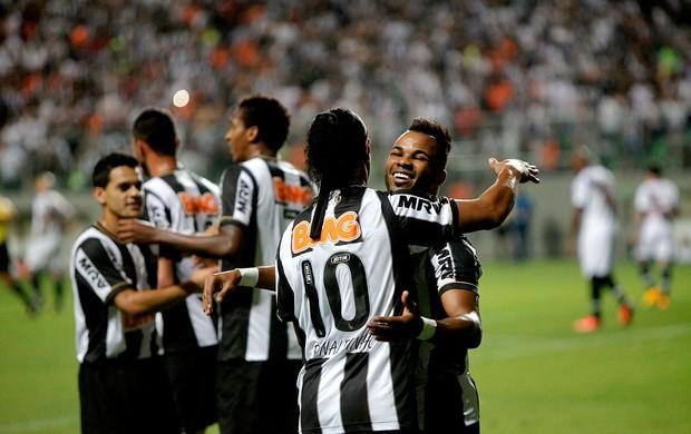ronaldinho gaúcho e Fernandinho atlético-mg gol vasco série A (Foto: Denilton Dias / Agência Estado)