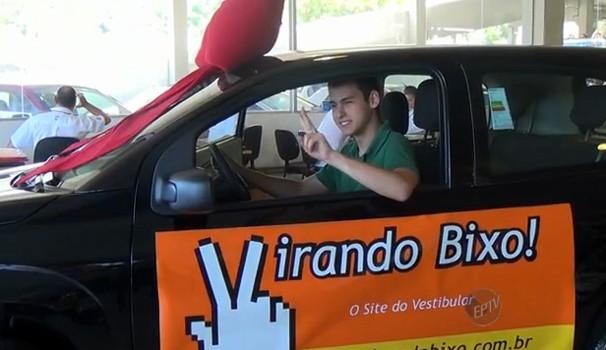 Vencedor do Virando Bixo 2014 comemora ao receber chaves de carro 0km (Foto: Reprodução / EPTV)