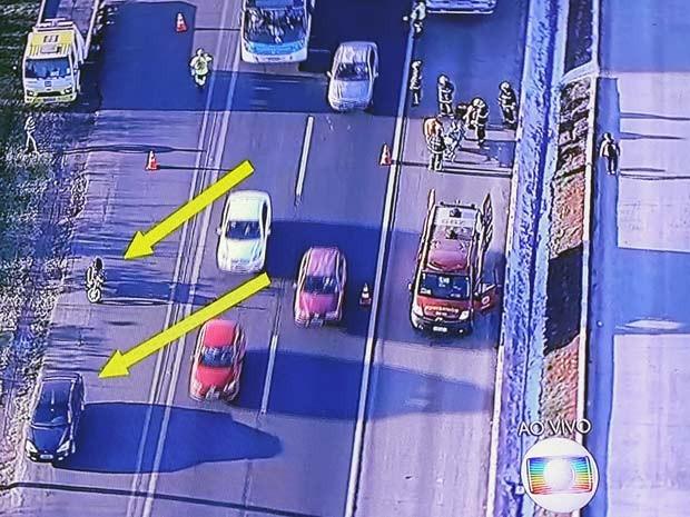 Bombeiros socorrem motociclista vítima de acidente na BR-040, no Distrito Federal (Foto: TV Globo/Reprodução)