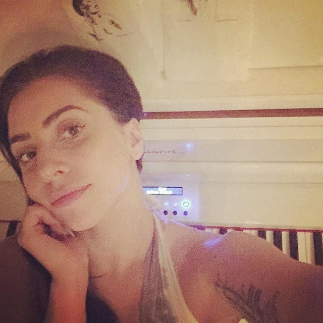 """Lady Gaga posta foto de cara limpa e fãs elogiam sua """"beleza natural"""""""