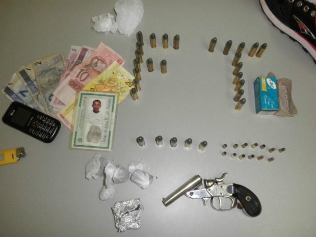 Na casa do suspeito, em Avaré, a PM apreendeu drogas, uma arma e munições. (Foto: Divulgação / Polícia Militar de Avaré)