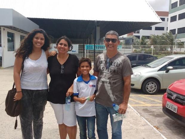 ENEM sábado- Alagoas- Família de Renata Ribeiro fez questão de levar candidata ao local de prova (Foto: Marcio Chagas/G1)