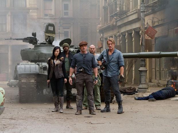 Nan Yu, Terry Crews, Sylvester Stallone, Randy Couture e Dolph Lundgren e cena de 'Os mercenários 2' (Foto: Divulgação)