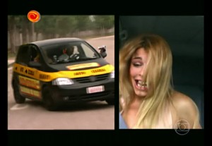 Grazi fica apavorada em carro (Foto: TV Globo)