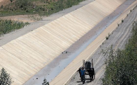 Canal de transposição do Rio São Francisco.A reação da economia não virá por meio de grandes obras (Foto: Ueslei Marcelino / Reuters)