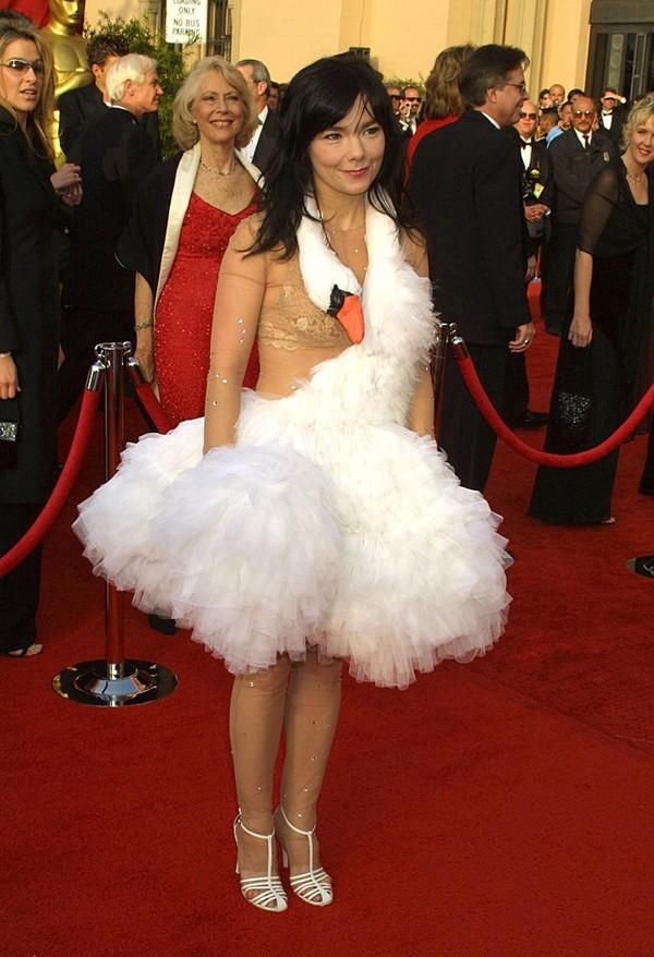 Bjork foi vestida de pato no tapete vermelho do Oscar (Foto: Getty Images)