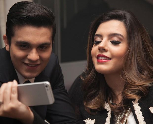 O que será que Giovanna mostra para Luan? (Foto: Divulgação/Marcos Rosa)
