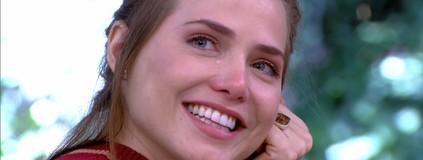Letícia Colin chora com recado de Isabelle Drummond