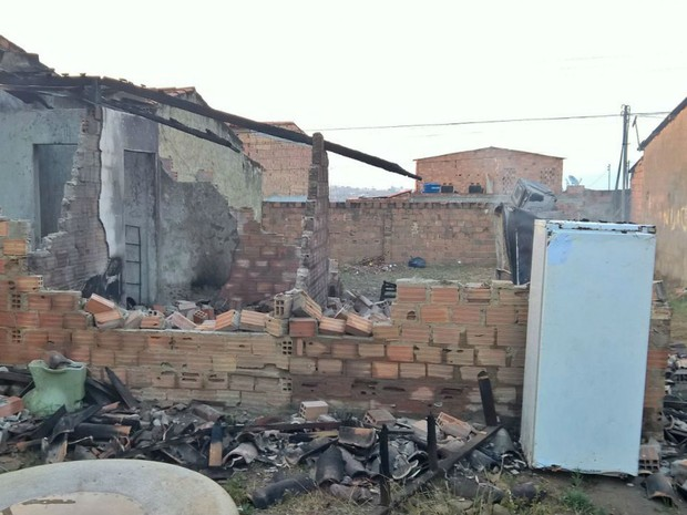 Incêndio atingiu residência na cidade de Feira de Santana, na Bahia (Foto: Ed Santos/Acorda Cidade)