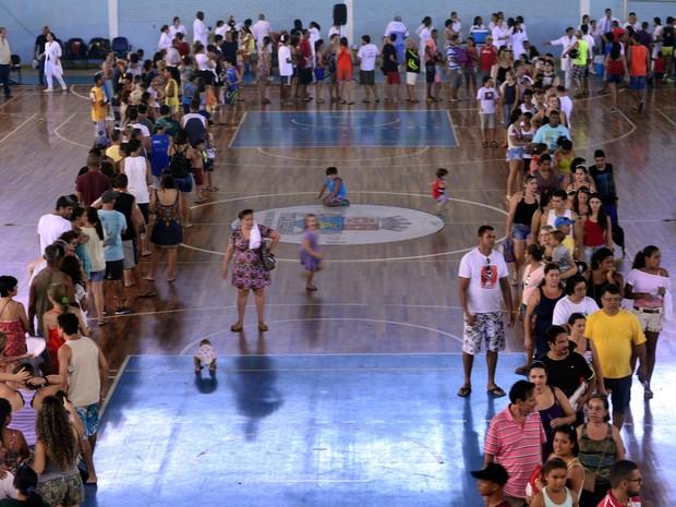 Pessoas lotam o Tartarugão em Coqueiral de Itaparica para o mutirão da vacina contra febre amarela neste domingo (5) (Foto: Bernardo Coutinho/ A Gazeta)