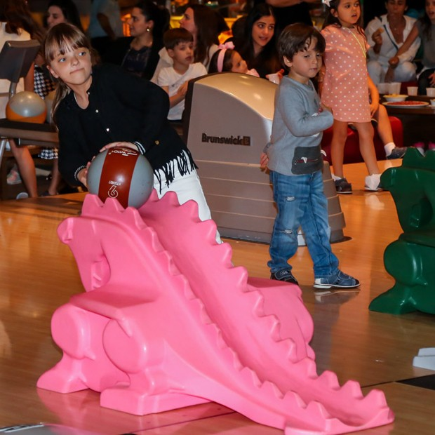 Rafaella Justus brinca em pista de boliche (Foto: Manuela Scarpa/Brazil News)