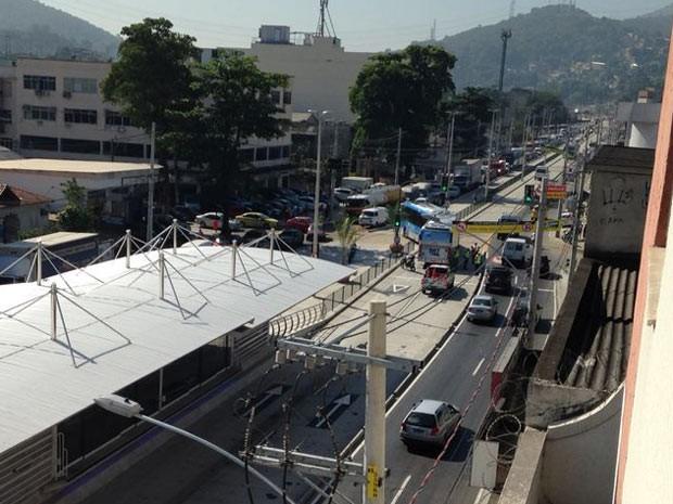 BRT Transcarioca registra seu primeiro acidentte  (Foto: Lívia Torres/ G1)