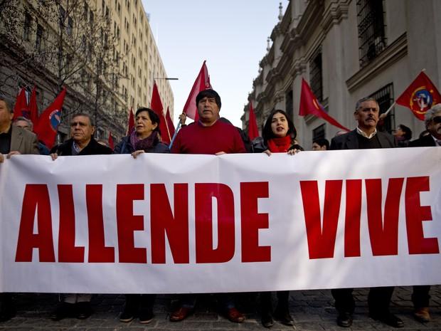 Ativistas de Direitos Humanos marcham com faixa em frente ao palácio presidencial em Santiago, na sexta (11), dia do 42º aniversário do golpe que depôs o presidente Salvador Allende (Foto: AFP Photo/Martin Bernetti)