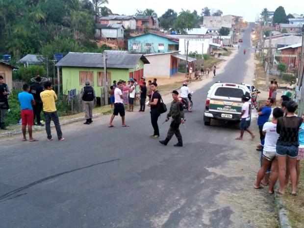 Vítima foi encaminhada para o IML para que seja confirmada a identidade  (Foto: Adelcimar Carvalho/G1)