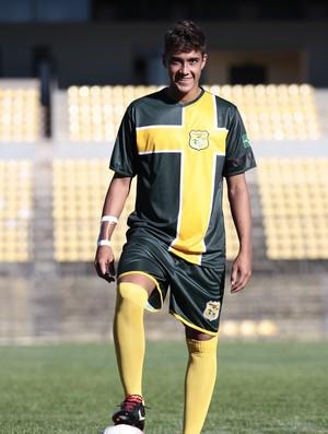 Romarinho apresenta a nova camisa do Brasiliense  (Foto: Cláudio Bispo -  Divulgação/Brasiliense)