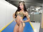 Aline Riscado exibe belas curvas em desfile de biquíni