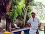Luiza Possi exibe silhueta fina ao lado de piscina