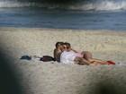 Juliana Didone troca beijos com o namorado na praia
