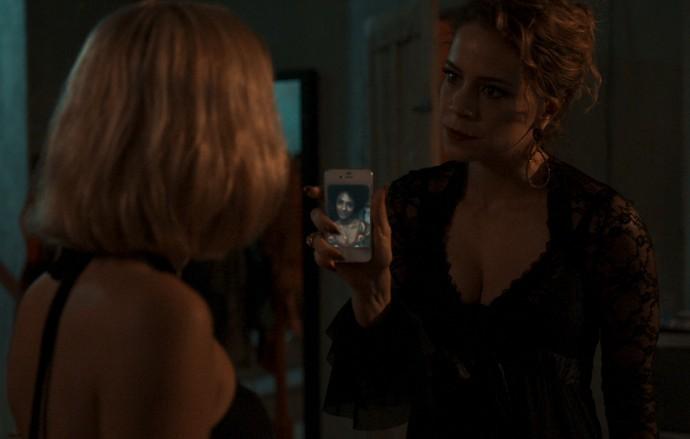 Ela mostra a foto de Rose usando o mesmo colar (Foto: TV Globo)
