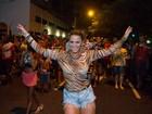 Em ensaio de rua, Viviane Araújo é pura empolgação
