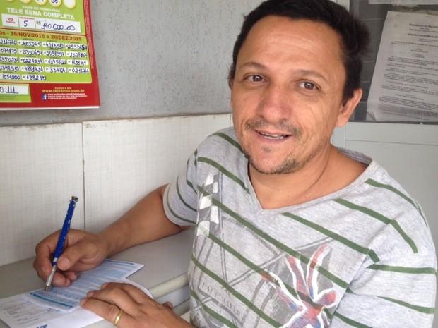 Marceneiro André Luiz Souza, de 45 anos, quer ganhar prêmio para mudar de vida Goiás Goiânia (Foto: Vanessa Martins/G1)