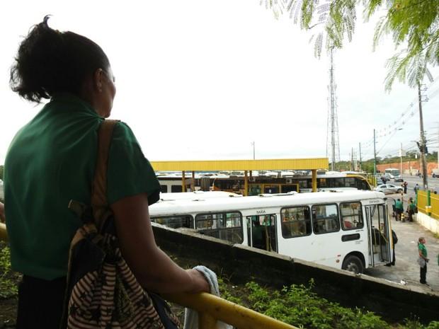 Cobradora de empresa de ônibus observa veículos retidos na garagem (Foto: Adneison Severiano/G1 AM)