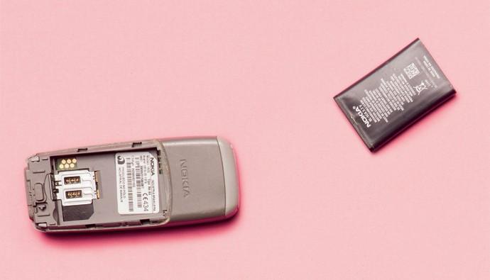 """Com fama de """"indestrutível"""", aparelhos da Nokia dos anos 2000 eram fabricados com uma carcaça de plástico (Foto: Thomás Arthuzzi)"""
