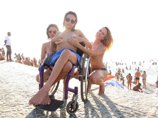 Ana Paula, Natache e Karla fazem topless na praia (Foto: Roberto Moura / G1)