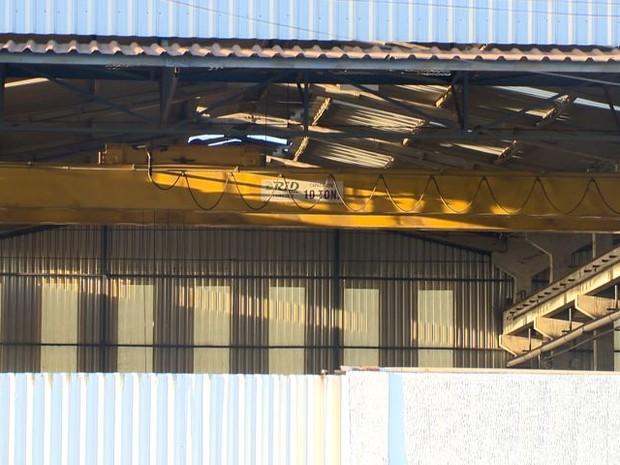 Peça esmagou operário em empresa na Serra (Foto: Reprodução/ TV Gazeta)