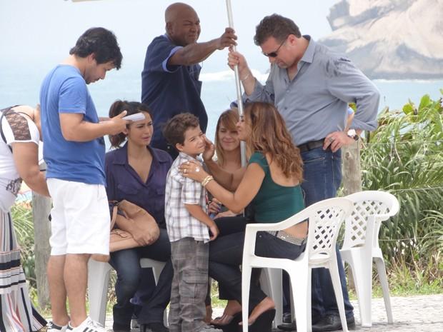 Nem Dira Paes resiste a tanta fofura e paparica o ator mirim (Foto: Salve Jorge/TV Globo)