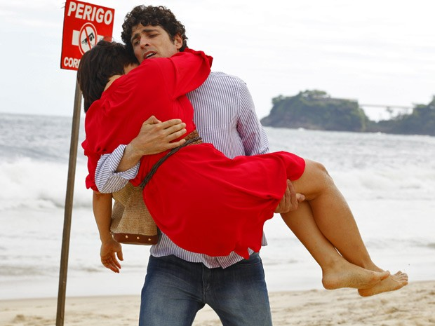 Com os pés machucados, Roberta é carregada por Nando (Foto: Guerra dos Sexos / TV Globo)