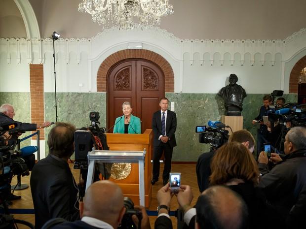 Kaci Kullmann Five, presidente da comissão de atribuição do Prémio Nobel da Paz (à esquerda), anuncia o presidente colombiano, Juan Manuel Santos, como o vencedor do Prêmio Nobel da Paz 2016 (Foto: Heiko Junge / NTB Scanpix via AP)