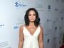 Demi Lovato usa vestido decotado em evento beneficente nos EUA